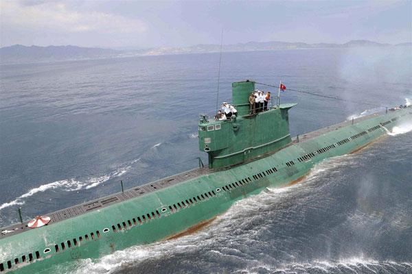 kim-jong-un-submarine-03
